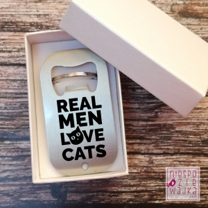 "Otwieracz do butelek ""Real men love cats"""